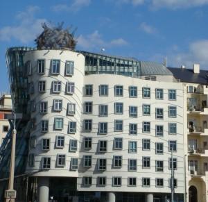 """zeitgenössische Architektur in Prag, """"Tanzendes Haus"""" oder auch """"Ginger & Fred"""" genannt, ein Bürohaus an der Moldau. Bekrönt wird das Gebäude durch eine Kugel aus Lochblech, das sogenannte """"Haupt der Medusa"""""""